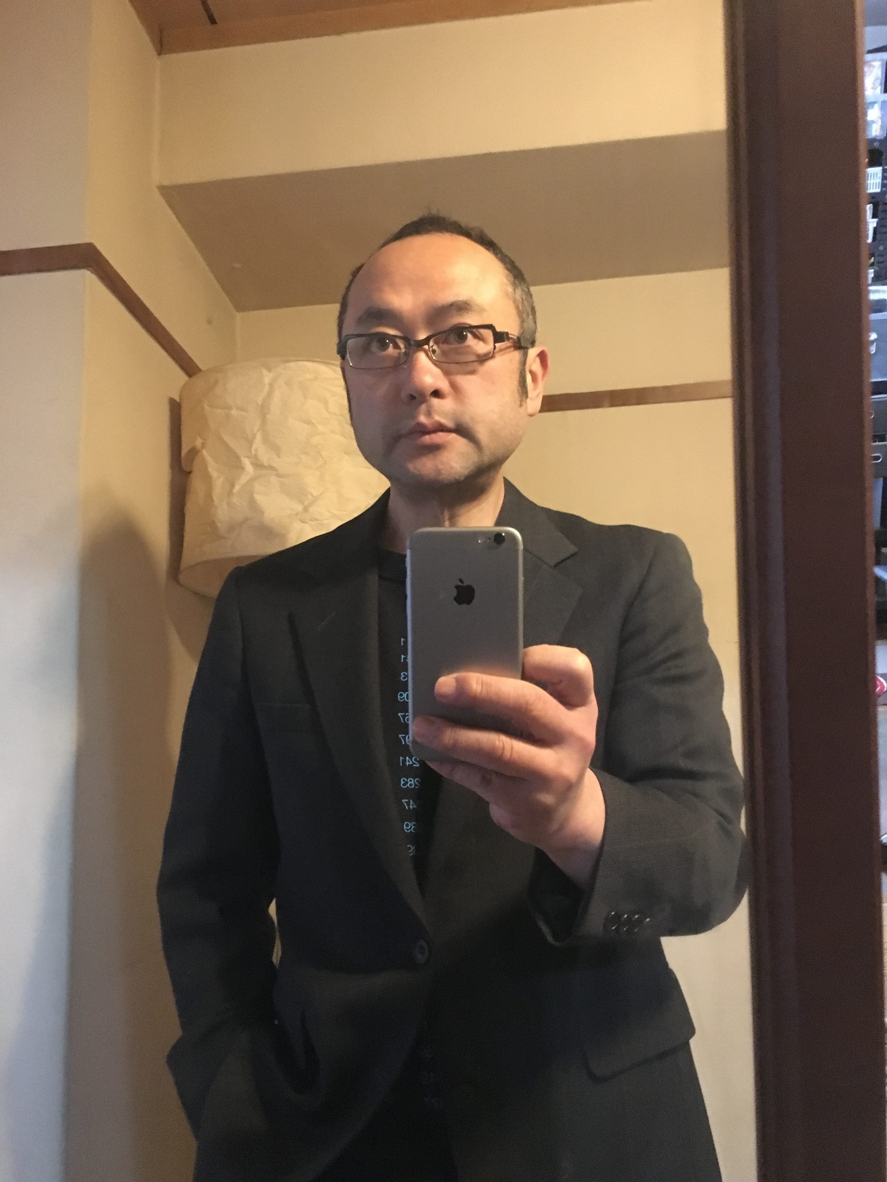 スーツ姿、鏡越し